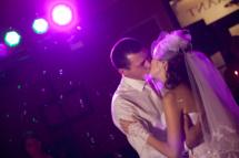 С помощью световых эффектов можно раскрасить вашу свадьбу разноцветными огнями, вспышками, искрами и сиянием лазерных лучей. Особенно актуальными световые эффекты становятся во время танцевальных пауз.