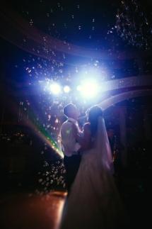 А представьте, сколько искренних, по детскому счастливых эмоций возникнет, если Вы закажите мыльные пузыри на свадьбу.