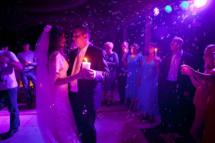 Мыльные пузыри вызовут искренний восторг у гостей на свадьбе.