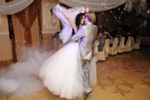 Свадебный первый танец в облаке мыльных пузырей и сказочного дыма