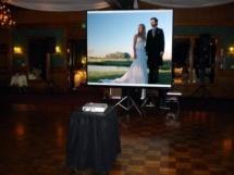 Использование проектора поможет создать особый эмоциональный настрой для молодоженов и гостей праздника